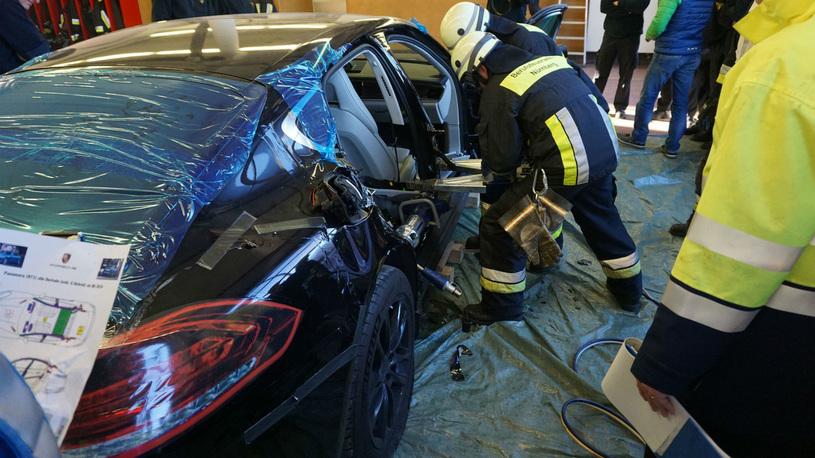 Пожарные распилили на учениях новую Porsche Panamera