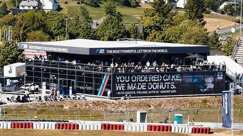 BMW саркастично поздравила Mercedes-AMG с юбилеем