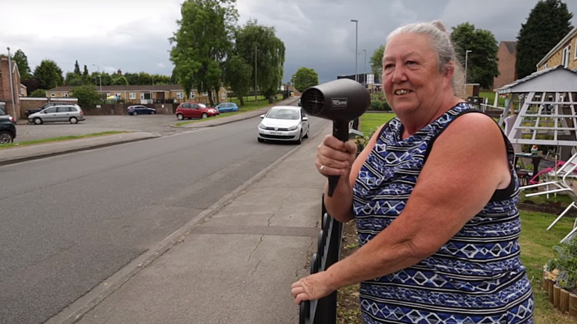 Британская пенсионерка шокировала водителей феном для волос