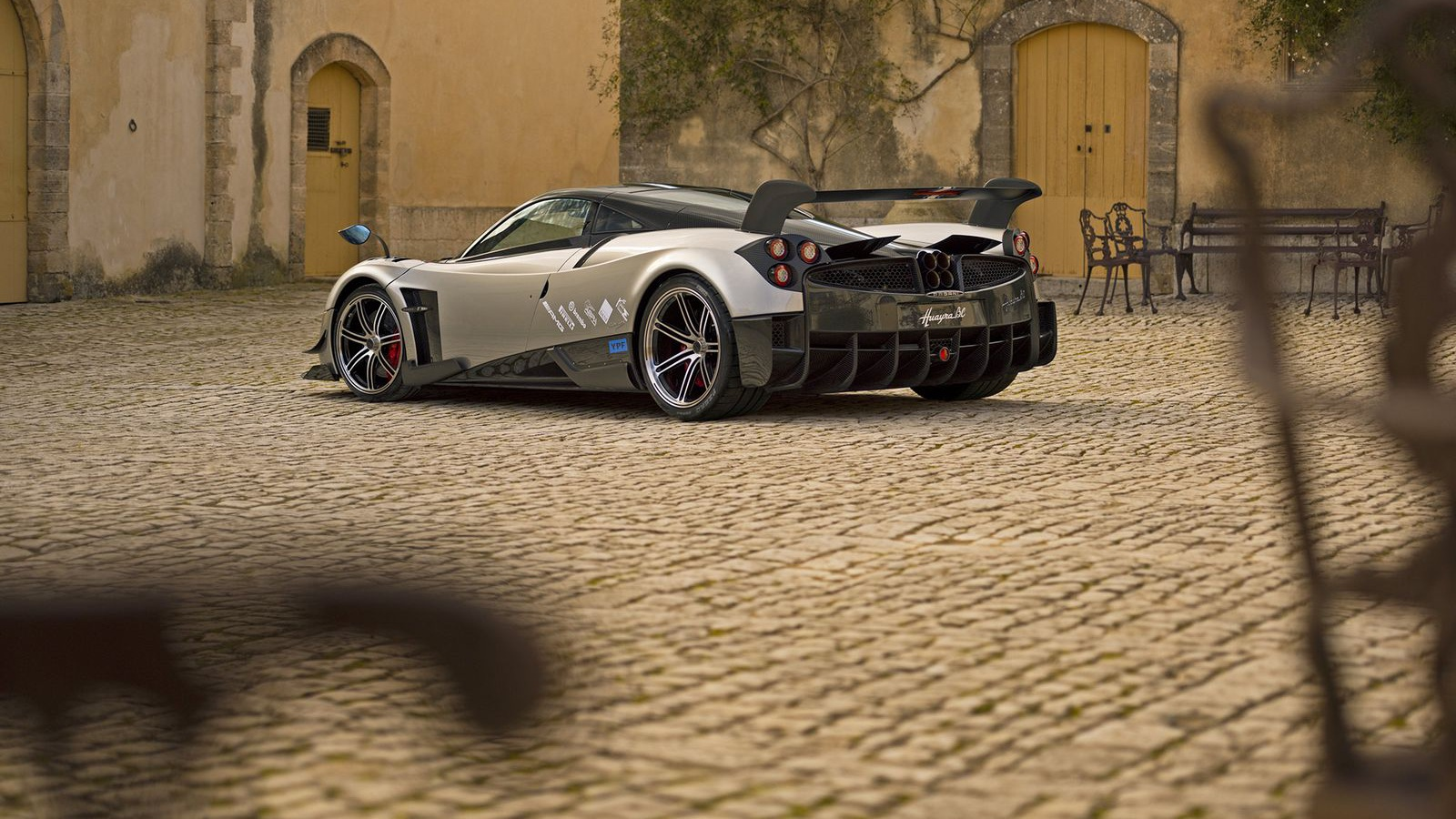 Новый суперкар Pagani получил коробку из карбона