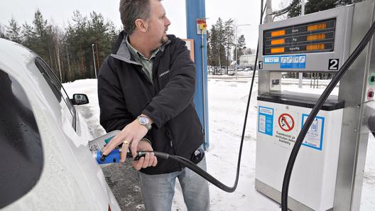Экологи отыскали наомских заправках запрещенный законом бензин