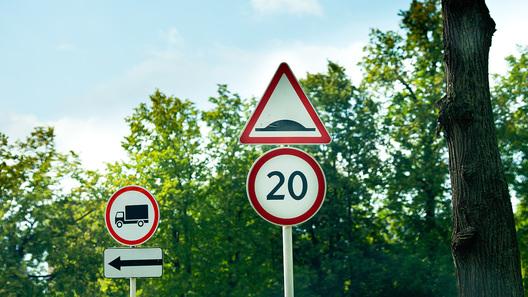 На10 трассах Подмосковья впоселениях ограничат скорость до50 км/ч
