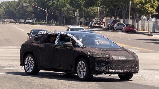 Mercedes продемонстрировал навидео новый электрический кроссовер