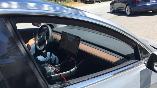 ВСеть попали новые шпионские снимки аскетичного салона Tesla Model 3