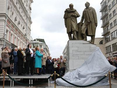 В Камергерском переулке открыли памятник основателям МХТ