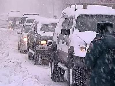 Снегопад накрыл Хабаровск: пожарные и спасатели помогают водителям на трассах