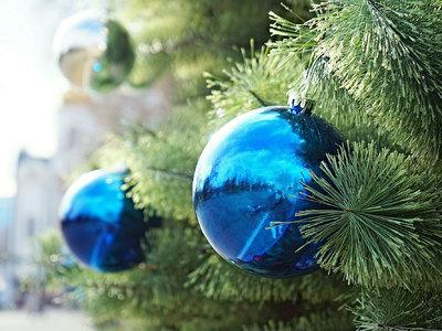 В центре Рязани ураган свалил новогоднюю елку