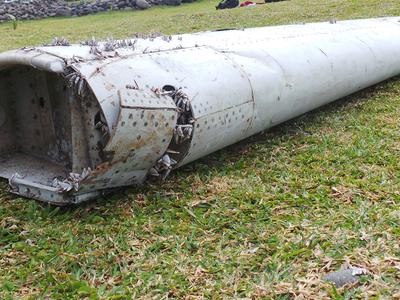 """Малайзия подтвердила, что найденный на пляже обломок принадлежит """"Боингу-777"""""""