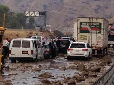 Мощный сель сошел в Калифорнии: сотни машин застряли в грязи