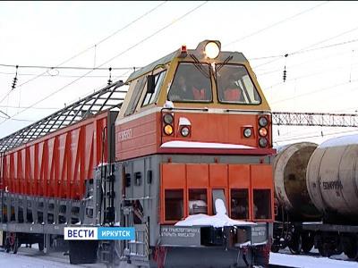 Снегоуборочный поезд вышел на рельсы Иркутской области