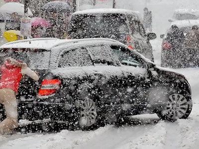 Ни проехать, ни пройти: сильнейший снегопад обрушился на Москву