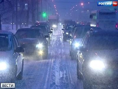 Москву расчищают от снега: за два дня выпало треть месячной нормы осадков