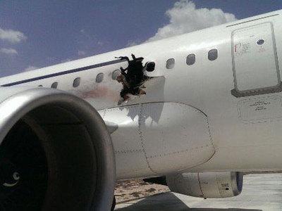 На борту чудом севшего сомалийского самолета нашли частицы взрывчатых веществ