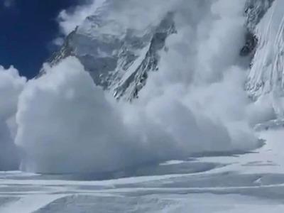 Камчатские спасатели обнаружили группу туристов, попавшую под лавину