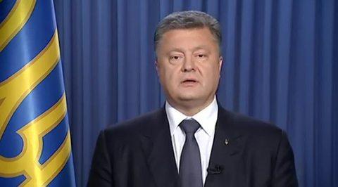 К Порошенко привели свиней: в Киеве пикетируют администрацию президента