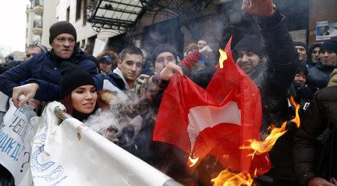 Протест у посольства Турции в Москве: здание закидали камнями и яйцами