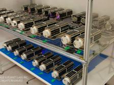 28 будущих спутников Земли, которые войдут в состав планетарной лаборатории Flock 1 ((фото Planet Labs).)
