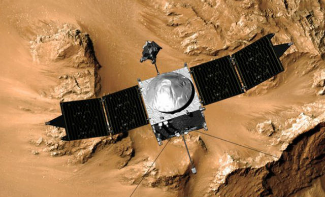 Находясь на высоте 380 километров над полярной областью Марса, зонд совершит все необходимые измерения параметров атмосферы (иллюстрация NASA).