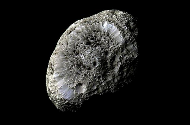 Спутник Сатурна Гиперион. Снимок сделан аппаратом Cassini во время сближения в сентябре 2005 года (фото NASA/JPL/Space Science Institute).