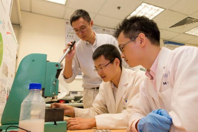 Учёные за работой (фото NTU).