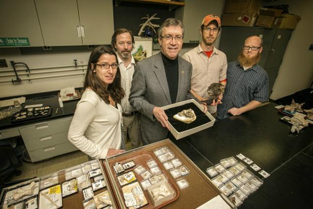 Группа учёных, совершивших открытие и анализ, во главе с  Дэвидом Краузе (фото Stony Brook University).