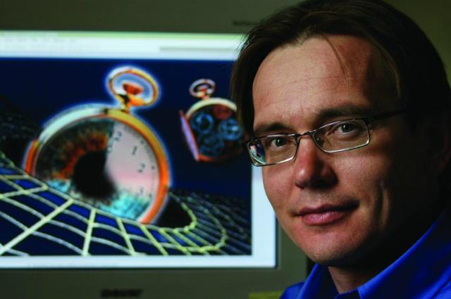 Физик Андрей Деревянко из университета Невады внёс свой вклад в развитие нескольких новых классов атомных часов и теперь предлагает обнаруживать тёмную материю с помощью сети синхронизированных атомных часов (фото University of Nevada, Reno).