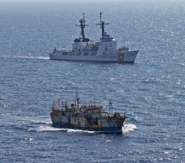 Природоохранное судно США сопровождает корабль незаконных рыбаков обратно в Китай (фото US Coast Guard).