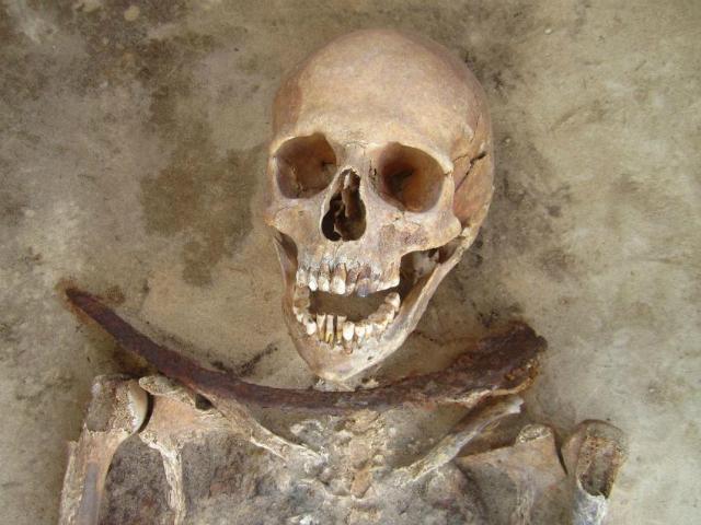 Скелет женщины, умершей в возрасте 30-39 лет и захороненной с серпом поперёк шеи (фото Amy Scott).