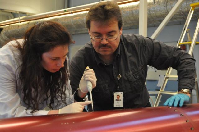Доктор Кора Тиль и профессор Оливер Ульрих собирают образцы с внешней обшивки ракеты (фото Adrian Mettauer).