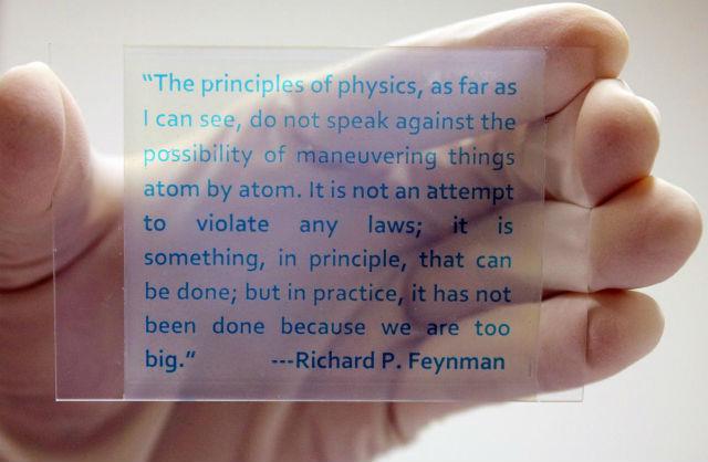 Многоразовая бумага фактически представляет собой прозрачную пластиковую пластину (фото Yin Lab, UC Riverside).