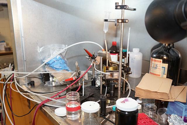 Система SprayLD состоит из недорогих и легко доступных компонентов — стандартных аэрографов и форсунки (фото University of Toronto).
