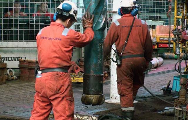 Исследователям пришлось пробурить 2,4-километровую дыру в океанском дне (фото IODP).
