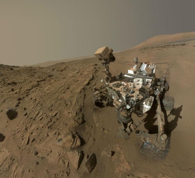 """Ровер """"Кьюриосити"""" берёт пробы газа из марсианской атмосферы (фото NASA/JPL-Caltech/MSSS)."""