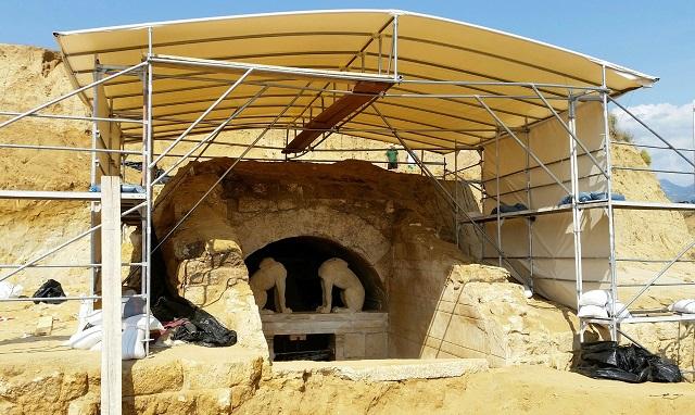 На территории погребального сооружения времён Александра Македонского удалось обнаружить кости пяти человек разного возраста и пола (фото Greek Culture Ministry).