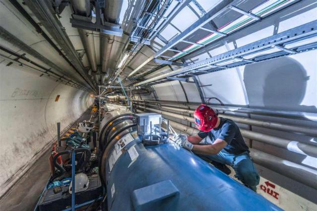 Сварщик работает с дипольными магнитами Большого адронного коллайдера (фото CERN).