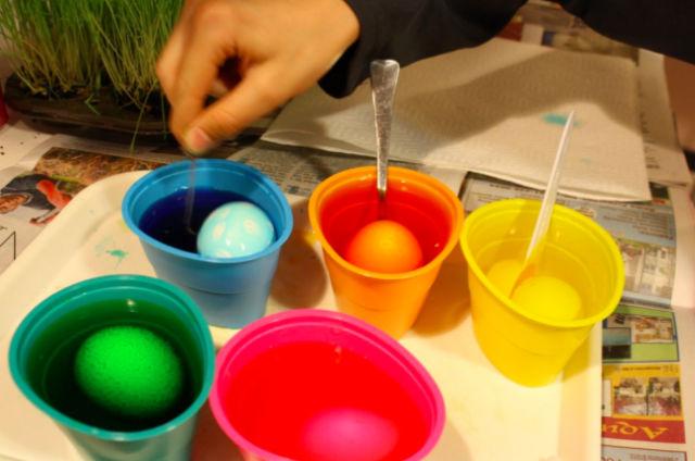 Идеальное соотношение окрашивающего раствора — шесть капель красителя и чайная ложка уксуса на стакан воды (фото Flickr).