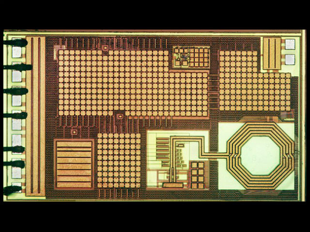 Процессор микрокомпьютера размером 915 микрометров (фото University of Michigan).