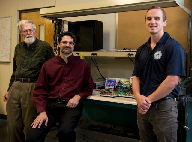 Авторы нового исследования, в ходе которого классический компьютер подражал квантовому (фото The University of Texas at Austin).
