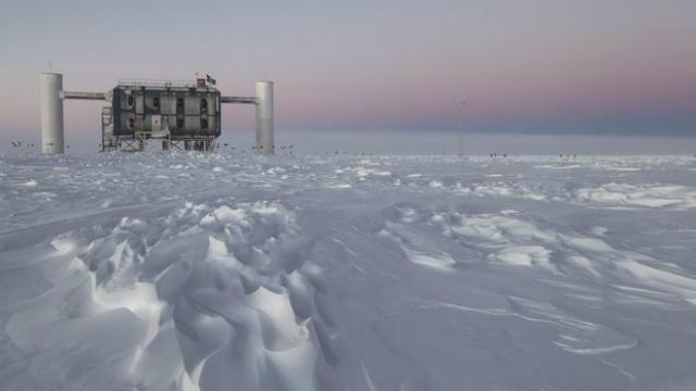 Детектор IceCube расположен на Южном полюсе и ловит космические нейтрино (фото Sven Lidstrom/IceCube/NSP).