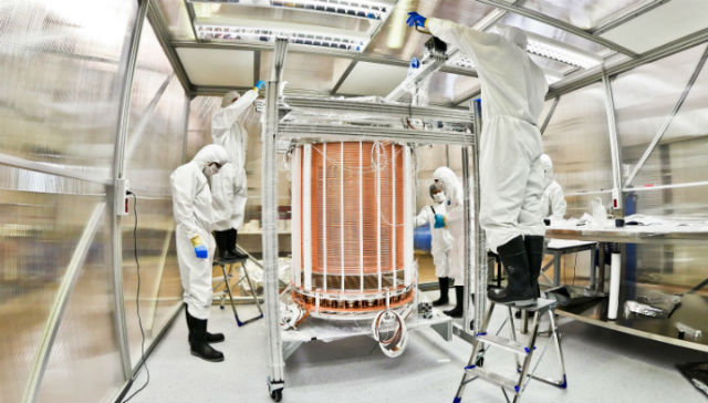 Учёные готовят детектор XENON1T к работе (фото XENON1T).