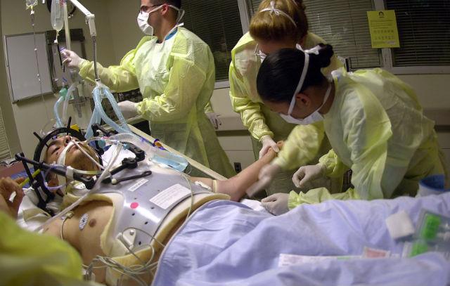 В экстренных ситуациях пациент не может дать согласие, но на кону его жизнь, которую необходимо спасти любыми способами (фото Military Health/Flickr).