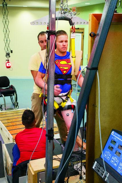 Дастин Шиллкокс к концу клинических испытаний научился ходить без посторонней помощи (фото University of Louisville).
