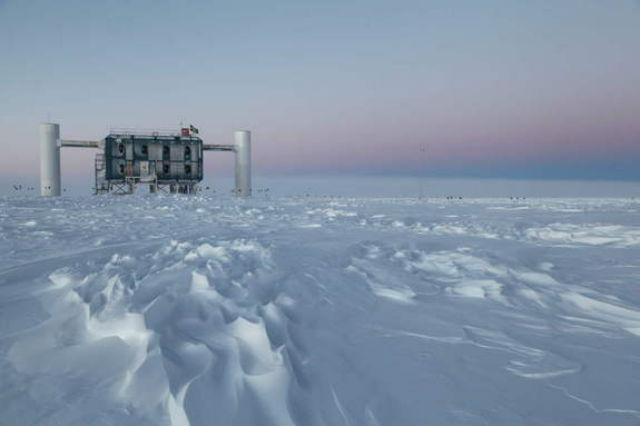 Детектор IceCube расположен на Южном полюсе Земли (фото Sven Lidstrom, IceCube).
