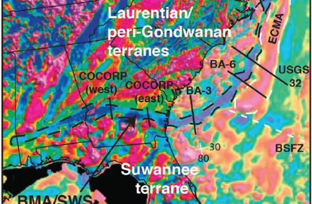 Аэромагнитная карта восточной окраины Северной Америки показывает, помимо прочего Брунсвикскую магнитную аномалию и магнитную аномалию Восточного побережья (иллюстрация Trehu et al., 1989; Austin et al., 1990; Sheridan et al., 1993; Lizarralde et al., 1994; North American Magnetic Anomaly Group, 2002; Bartholomew and Hatcher, 2010.).