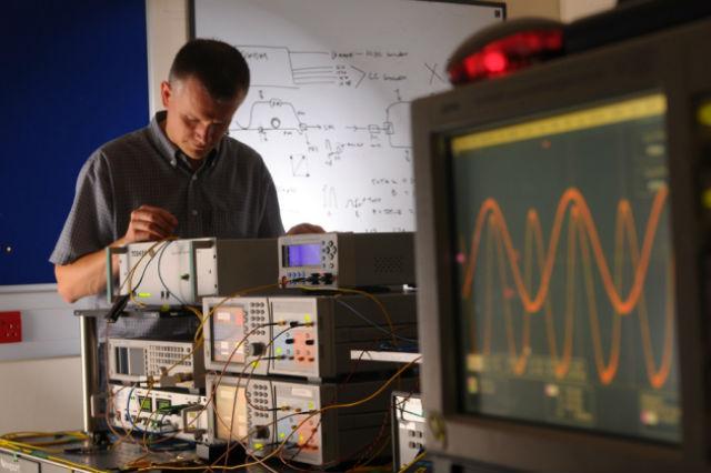 Инженер Эндрю Шарп из компании Toshiba работает над системой QKD (фото Toshiba Research Europe Ltd).