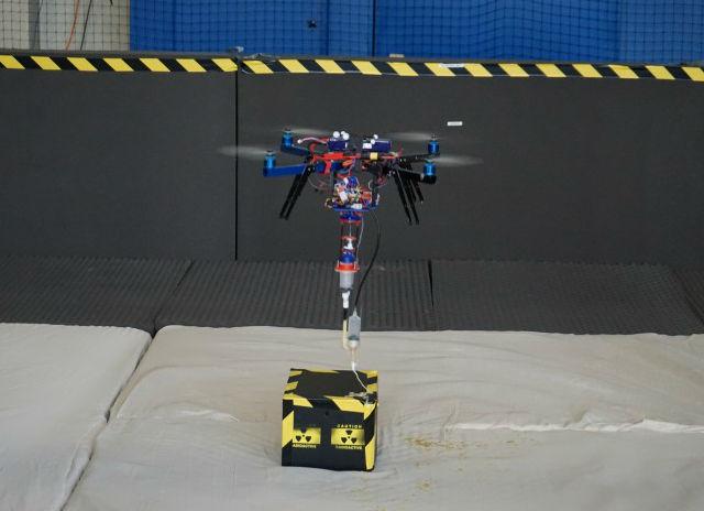 Робот выпускает пену на поверхность будущего груза (фото Aerial Robotics Lab).