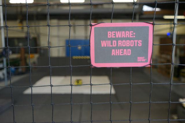 """Надпись: """"Осторожно: впереди дикие роботы"""" (фото Aerial Robotics Lab)."""