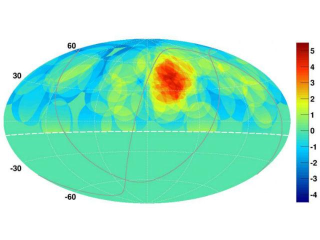 Карта северного неба с очевидной областью, которая может быть источником высокоэнергетических лучей (иллюстрация Kazumasa Kawata, University of Tokyo Institute for Cosmic Ray Research).