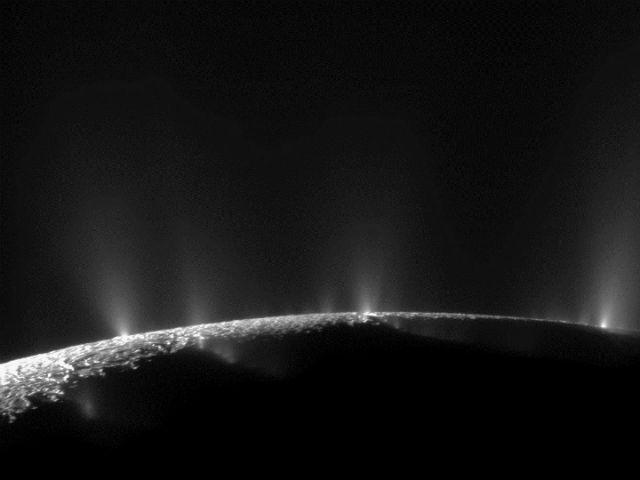 Гейзеры на Энцеладе (фото NASA/JPL)