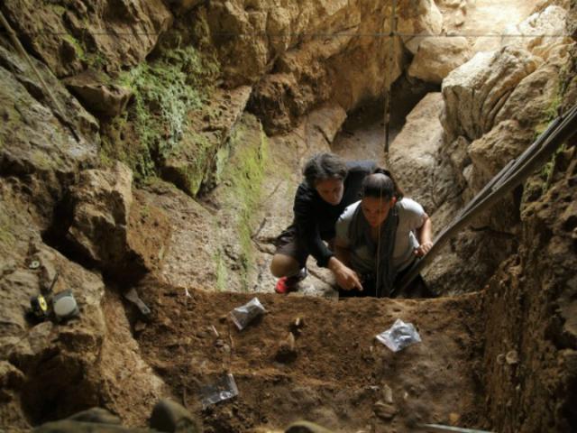 Раскопки в испанской пещере Зафарайя (фото Thomas Higham).